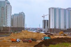 gruppo di nuove costruzioni ed iarda della costruzione con le automobili del carico Fotografie Stock Libere da Diritti