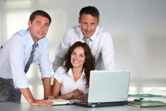 Gruppo di operai nell'ufficio Fotografie Stock Libere da Diritti
