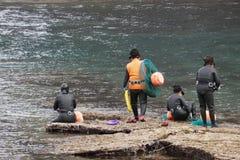 Gruppo di operatori subacquei di Haenyo che vanno in mare, isola di Jeju, Corea del Sud immagini stock libere da diritti
