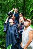 Gruppo di osservazione della fauna selvatica dei turisti in Amazzonia Immagini Stock