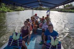 Gruppo di Ourtist sulla barca che visita le isole di Granada, Nicaragua Immagine Stock