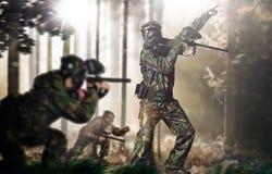 Gruppo di paintball nella posizione della foresta di azione Fotografie Stock