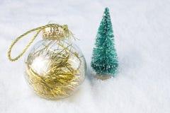Gruppo di palle variopinte di Natale su un fondo bianco della neve Immagine Stock Libera da Diritti