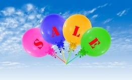 Gruppo di palloni, concetto di volo del messaggio di vendita per il negozio Immagine Stock