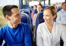 Gruppo di passeggeri felici in bus di viaggio Immagine Stock