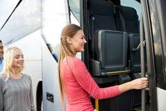 Gruppo di passeggeri felici che si imbarcano sul bus di viaggio Fotografia Stock Libera da Diritti