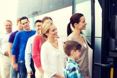 Gruppo di passeggeri felici che si imbarcano sul bus di viaggio Fotografie Stock
