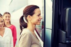 Gruppo di passeggeri felici che si imbarcano sul bus di viaggio Fotografie Stock Libere da Diritti