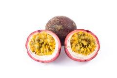 Gruppo di passionfruit porpora e mezzo di taglio per vedere il suo seme immagini stock libere da diritti