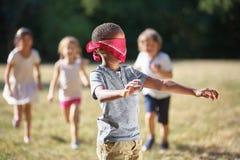 Gruppo di patito dell'uomo cieco dei giochi di bambini Fotografia Stock Libera da Diritti