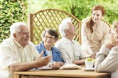 Gruppo di pensionati anziani che godono insieme del loro tempo dall'tum fotografia stock libera da diritti