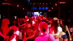 Gruppo di persone ad un dancing del partito