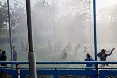 Gruppo di persone adolescente che godono della festa nel parco dell'acqua immagini stock