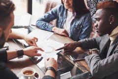 Gruppo di persone di affari con indifferenza vestite che discutono le idee I professionisti creativi riuniti per discutono l'impo fotografia stock libera da diritti