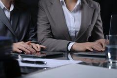 Gruppo di persone di affari o di avvocati alla riunione Illuminazione scura fotografia stock