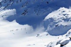 Gruppo di persone alpinismo dello sci e panorama della neve della montagna nelle alpi di Stubai Immagine Stock