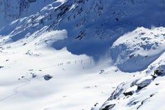 Gruppo di persone alpinismo dello sci e panorama della neve della montagna nelle alpi di Stubai Fotografia Stock Libera da Diritti
