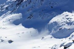 Gruppo di persone alpinismo dello sci e panorama della neve della montagna nelle alpi di Stubai Fotografie Stock Libere da Diritti