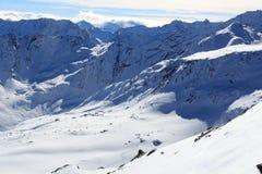 Gruppo di persone alpinismo dello sci e panorama della neve della montagna nelle alpi di Stubai Immagini Stock