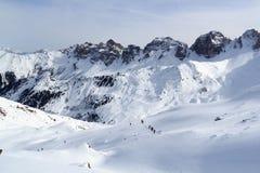 Gruppo di persone alpinismo dello sci e panorama della neve della montagna nelle alpi di Stubai Immagine Stock Libera da Diritti