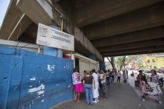 Gruppo di persone che aspettano nella linea ad un supermercato pubblico in Carac immagini stock