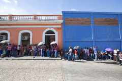 Gruppo di persone che aspettano nella linea ad un supermercato pubblico in Ciuda immagine stock libera da diritti