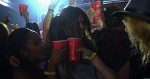 Gruppo di persone che ballano ad un concerto 4k stock footage