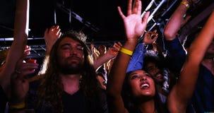 Gruppo di persone che ballano ad un concerto 4k video d archivio