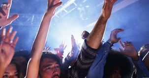 Gruppo di persone che ballano ad un concerto 4k archivi video
