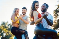 Gruppo di persone che ballano Kizomba nel tramonto immagini stock