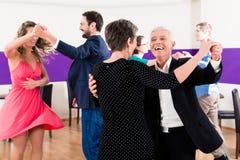 Gruppo di persone che ballano nella classe di ballo immagine stock