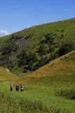 Gruppo di persone che camminano in colline Fotografie Stock Libere da Diritti