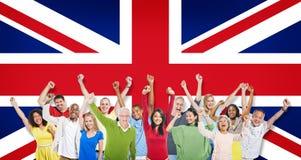 Gruppo di persone che celebrano la bandiera del Regno Unito Fotografia Stock