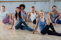 Gruppo di persone che eseguono yoga Immagine Stock Libera da Diritti