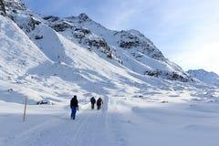 Gruppo di persone che fanno un'escursione sul panorama nevoso invernale della montagna e del percorso nelle alpi di Stubai Immagini Stock Libere da Diritti