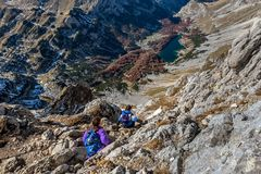 Gruppo di persone che fanno un'escursione sulle montagne in parco nazionale Durmito fotografia stock