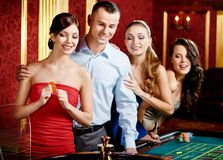 Gruppo di persone che giocano roulette Fotografia Stock Libera da Diritti