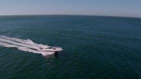 Gruppo di persone che godono di un giorno sull'yacht privato stock footage