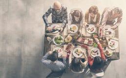 Gruppo di persone che hanno pranzare di unità del pasto fotografie stock libere da diritti