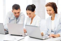 Gruppo di persone che lavorano con i computer portatili in ufficio Fotografie Stock Libere da Diritti