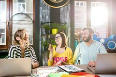 Gruppo di persone che lavorano insieme nel caffè Fotografia Stock Libera da Diritti