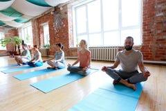 Gruppo di persone che meditano allo studio di yoga Fotografie Stock