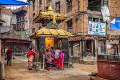 Gruppo di persone che pregano nella via di Kathmandu, Nepal Fotografia Stock Libera da Diritti
