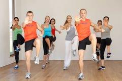 Gruppo di persone che si esercitano nello studio di ballo Immagine Stock
