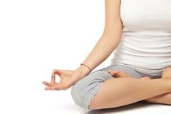Gruppo di persone che si rilassano e che fanno yoga nel bianco immagine stock libera da diritti
