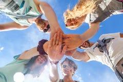 Gruppo di persone che sostengono ogni altri Concetto circa lavoro di gruppo Fotografie Stock
