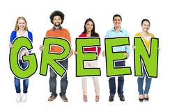 Gruppo di persone che tengono concetto verde della lettera fotografia stock