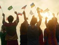 Gruppo di persone che tengono le bandiere differenti Immagine Stock