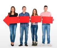 Gruppo di persone che tengono una freccia Fotografie Stock Libere da Diritti