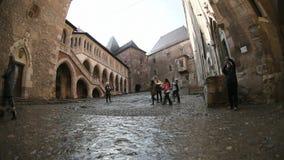 Gruppo di persone che visitano il castello di Hunyad in Hunedoara, Romania stock footage